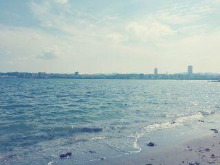 【高解像度】波打ち際と遠くの街