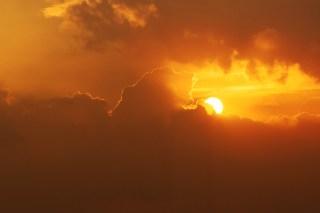 【高解像度】雲間に沈む太陽(2パターン)