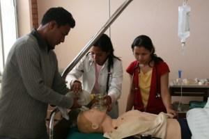 Sykehuspersonalet får prøve seg på dukker som både puster og snakker. (Foto: NTNU)