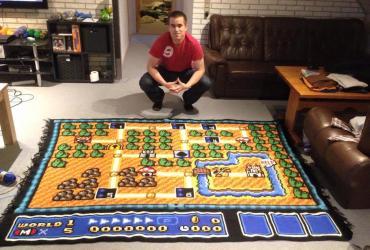 Ser nerd é ficar 06 anos fazendo um tapete de crochê do mapa do Super Mario Bros 01
