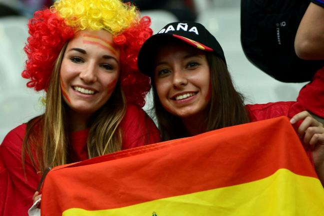 Spain supporters pose ahead the Euro 2016 round of 16 football match between Italy and Spain at the Stade de France stadium in Saint-Denis, near Paris, on June 27, 2016. / AFP PHOTO / PIERRE-PHILIPPE MARCOU