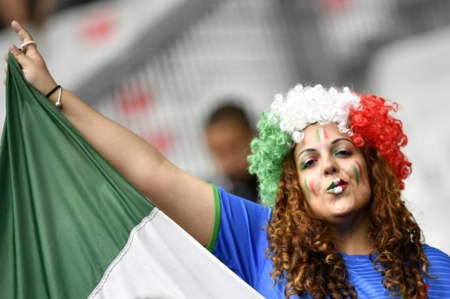 Italy fans wait for the start of the Euro 2016 round of 16 football match between Italy and Spain at the Stade de France stadium in Saint-Denis, near Paris, on June 27, 2016. / AFP PHOTO / MARTIN BUREAU
