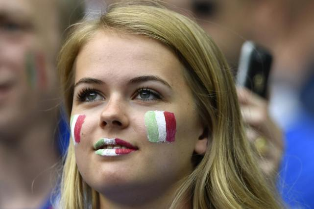 An Italy fan waits for the start of the Euro 2016 round of 16 football match between Italy and Spain at the Stade de France stadium in Saint-Denis, near Paris, on June 27, 2016. / AFP PHOTO / MARTIN BUREAU