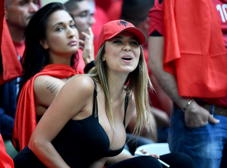 Albania fans wait for the start of the Euro 2016 group A football match between France and Albania at the Velodrome stadium in Marseille on June 15, 2016. / AFP PHOTO / FRANCK FIFE