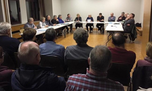 Ortsvorsteherin Carola Biehal verliest eine Erklärung, in der sich Mitglieder aller Fraktikonen des Ortsbeirats für die Bürgerkammer aussprechen.