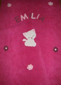 Cica virágokkal pink alapon