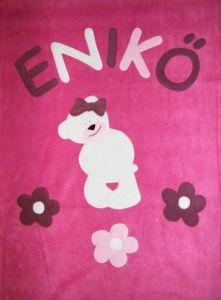 Kislánymaci virágokkal pink alapon