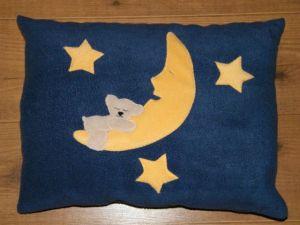 Maci a holdon középkék alapon