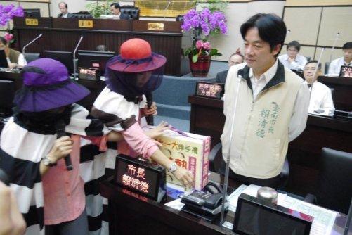 台南市議員林燕祝、林美燕穿藏鏡人蚊子裝質詢市長賴清德。 圖片來源:聯合新聞網