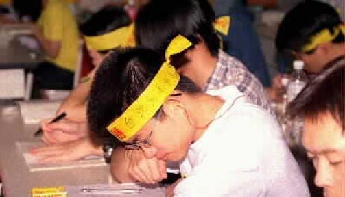 有多少學生與重考生在考試求高分的目標下放棄了一切? 圖片來源:中時電子報論壇