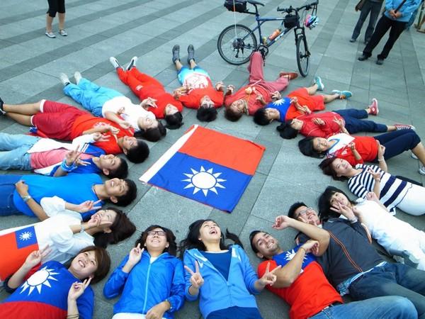 台灣的年輕人對自己的國家有著熱愛。 圖片來源:東森新聞