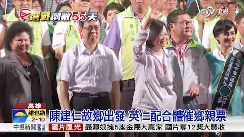 英仁配到高雄拜票,吸引大量民眾到場支持。 圖片來源:中視新聞