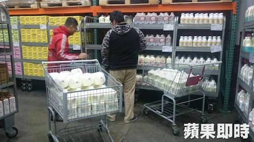 民眾秒退林鳳營鮮乳。 圖片來源:蘋果日報