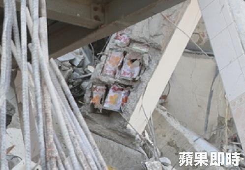 水泥柱裡的沙拉油桶,只能用於裝飾柱,否則影響結構甚鉅。 圖片來源:蘋果日報