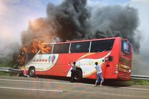 遊覽車火燒車,是個人因素還是整體結構的問題? 圖片來源:大紀元