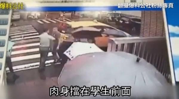 教官衝出校門解救要被強押帶走的學生。 圖片來源:蘋果日報