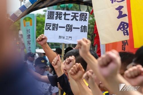 勞工團體聚集抗議砍七天假。 圖片來源:風傳媒
