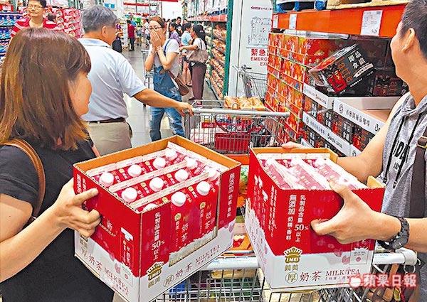 義美厚奶茶引發搶購熱潮。 圖片來源:蘋果日報