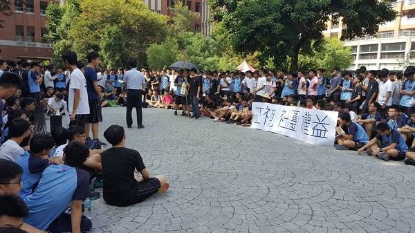 中一中園遊會當天學生進行學權抗爭。 圖片來源:聯合新聞網