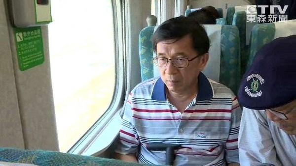 陳水扁被發現看到鏡頭才手抖。 圖片來源:東森新聞