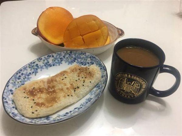 李來希直播自己的早午餐說自己超省。 圖片來源:雅虎奇摩新聞