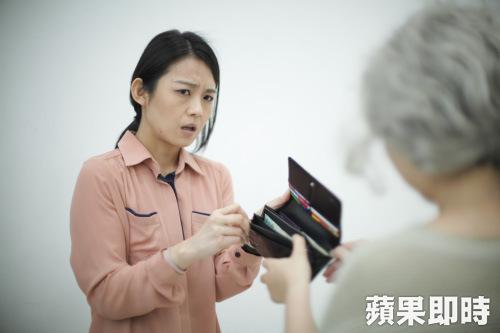 孝親費對低薪的年輕人也是沉重的壓力。 圖片來源:蘋果日報