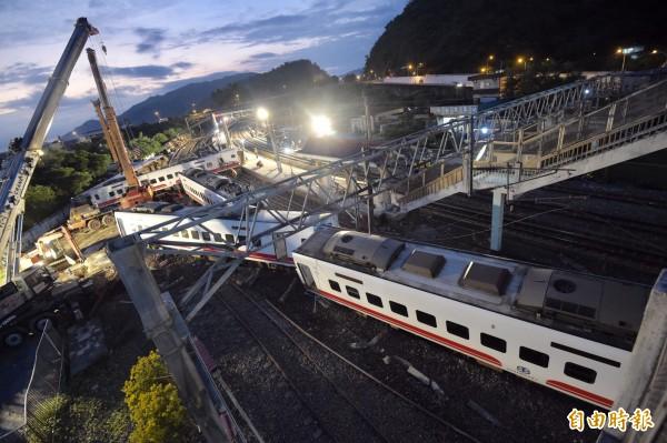 普悠瑪列車出軌翻覆造成多人死傷。 圖片來源:自由時報