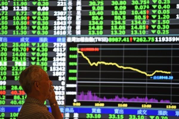 股市重挫,投資人無奈。 圖片來源:自由時報