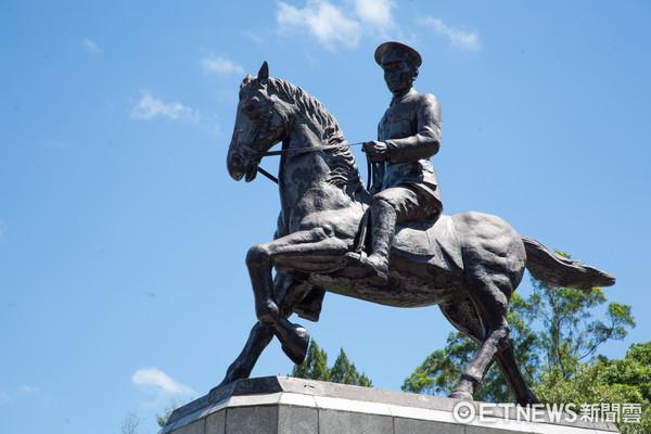 政大蔣公銅像被鋸馬腳。 圖片來源:東森新聞