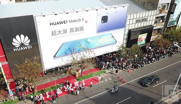 華為手機開賣排隊人潮。 圖片來源:LPComment