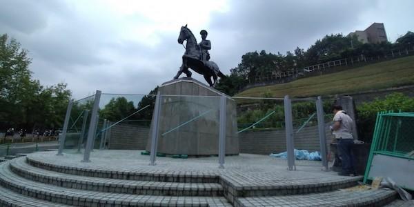 政大的蔣公銅像用強化玻璃圍起來。 圖片來源:自由時報