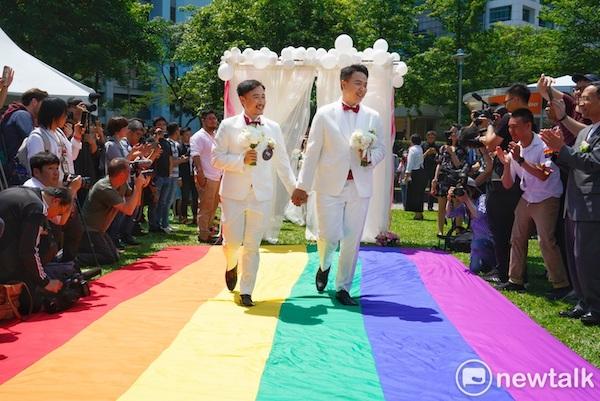 國軍聯合婚禮首度有同婚新人。 圖片來源:新頭殼