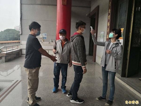 清明期間可能是武漢肺炎傳染的好時機。 圖片來源:自由時報