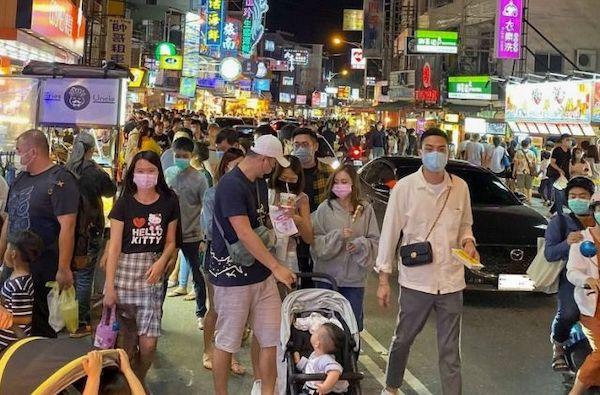 清明連假人潮眾多,但不是每個人都戴上口罩。 圖片來源:NOWNews