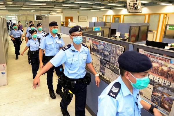 香港警察到蘋果日報進行搜索。 圖片來源:朝日新聞