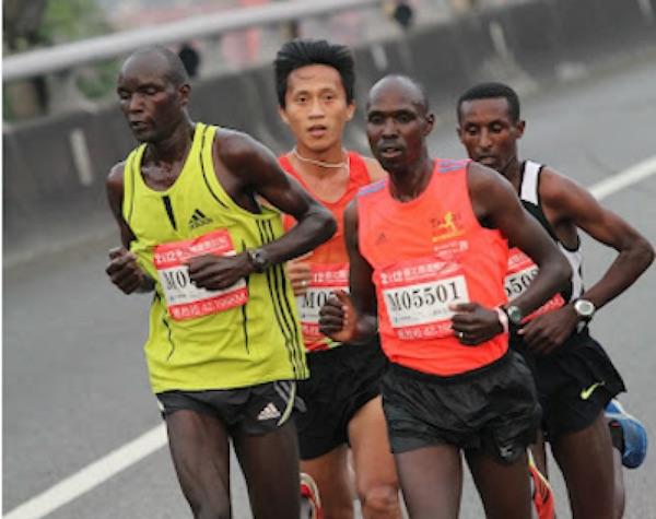 馬拉松路跑賽事,總看得到黑皮膚的厲害跑者。 圖片來源:運動筆記