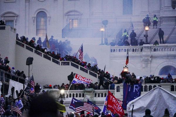 川粉衝入美國國會,國民黨用太陽花運動比擬。 圖片來源:思想坦克