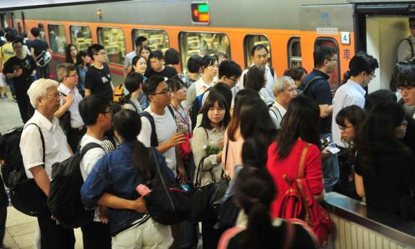 端午連假可能讓台灣疫情變成屍速列車。 圖片來源:中時電子報