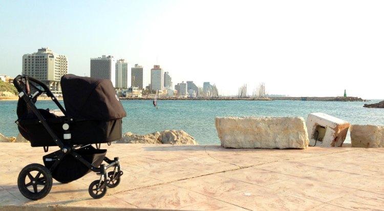 Tel-Aviv-Kinderwagen-Strand-Skyline