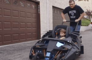 Pimp My Ride: Batmobil statt Kinderwagen - er HIngucker auf jedem Spielplatz-Parkplatz! (Screenshot)