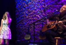 Vater und Tochter gemeinsam auf der Bühne. (Screenshot)