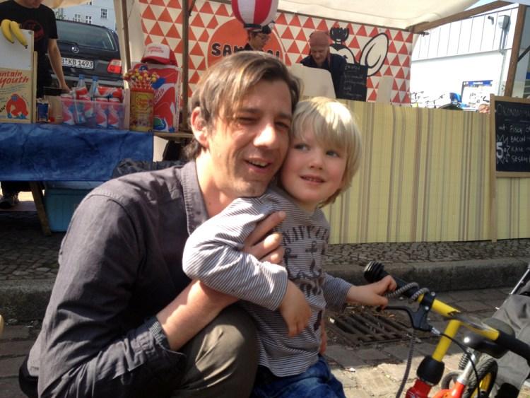 "Erst futtern, dann RAdfahren: Vater Thile mit Sohn Carl auf dem ""Flowmarkt Nowkölln"" am Neuköllner Maybachufer"