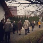 Eine beigefarbene Armee der Inkontinenz: Spaziergänger in Burg (Spreewald). Einer von ihnen war mal Punk.