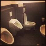 In dieser Schule hängen die Toiletten tief