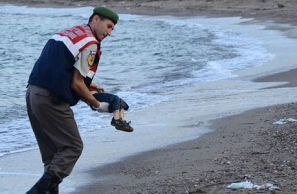 الجندي الذي حمل جثة الطفل السوري الغريق