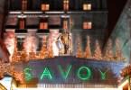 واجهة فندق سافوي مع أضواء وزينات الكريسماس