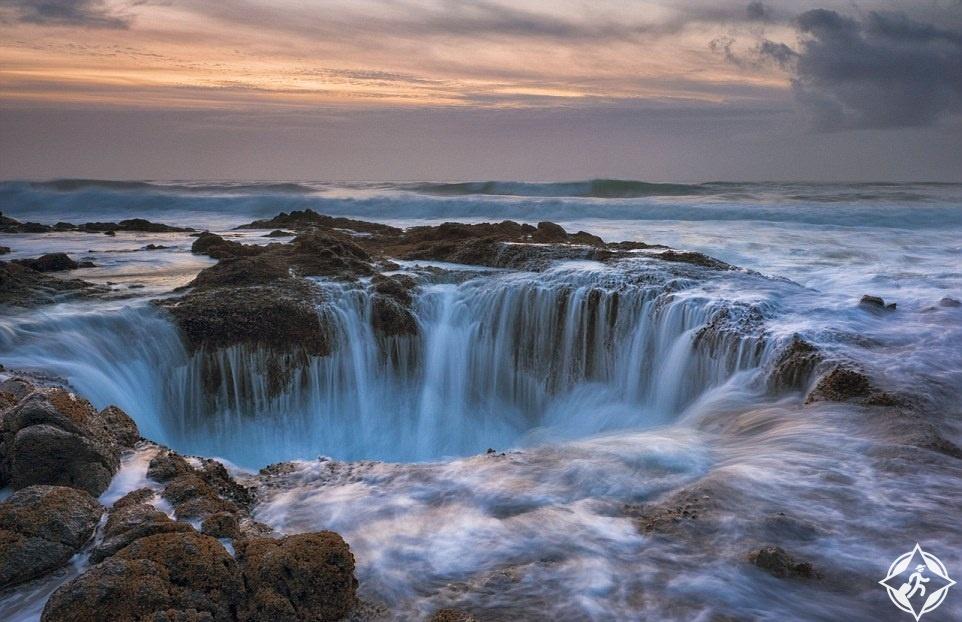 البوابة إلى الجحيم.. ثقب عملاق يبتلع المياه في قلب المحيط الهادئ