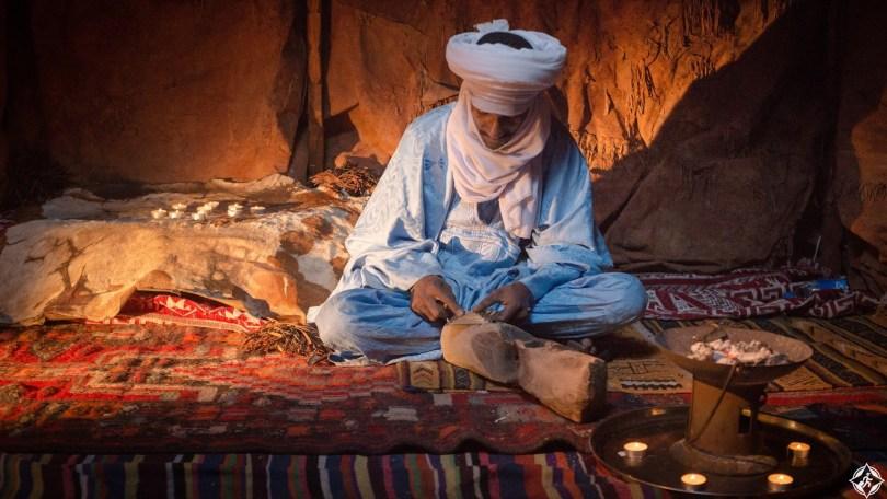 500px Photo ID: 114364631 - portrait d'un touareg entrain de confectionner une pièce d'argenterie traditionnel