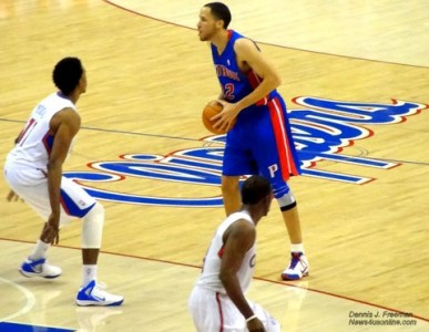 Nick Young (11) of the Los Angeles Clippers, hounds Detroit Pistons forward and former Dominguez High School star Tayshaun Prince. Photo: Dennis J. Freeman