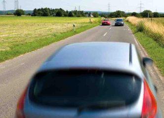 Ein Albtraum: Zwei Fahrzeuge kommen nebeneinander entgegen. Auf Landstraßen verunglücken in Deutschland mehr Menschen tödlich als auf Autobahnen und Innerortsstraßen zusammen, so der DVR. (Foto: DVR)